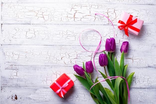 Тюльпаны цветы и подарочная коробка.