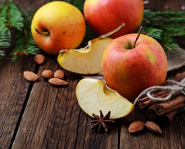木製の背景に甘い熟したリンゴ