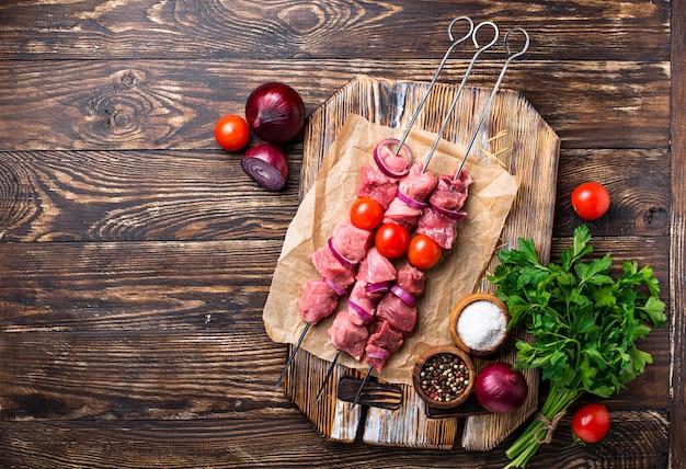 生シシカバブの串焼きトマト