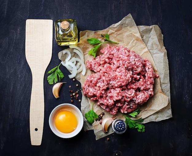 オリーブオイルとニンニクの生のひき肉