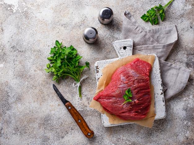 まな板の上の生の肉