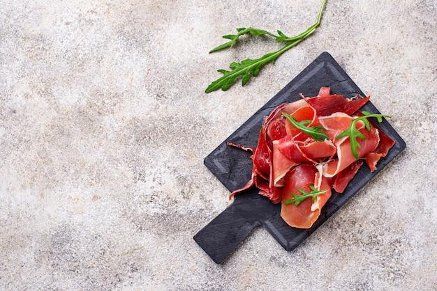 伝統的なスペインの生肉ハム