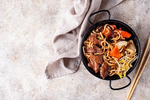 肉と野菜のアジアンヌードル