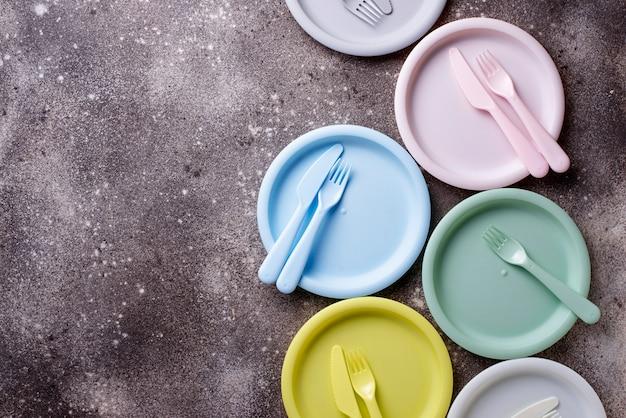 Разноцветная пластиковая посуда для летнего пикника