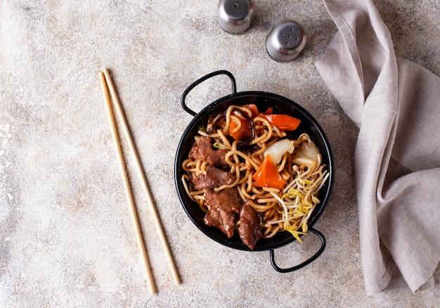 Азиатская лапша с мясом и овощами