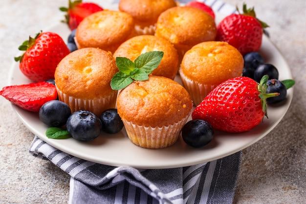 Летние мини кексы с ягодами