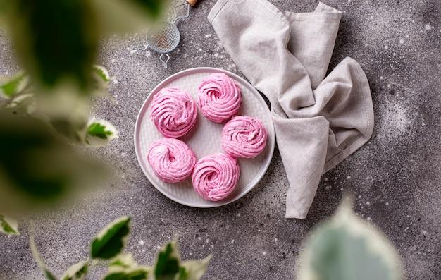 紫色のベリーの甘い自家製マシュマロ