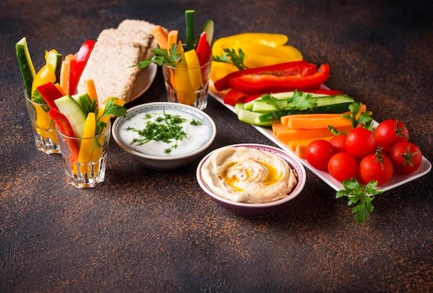 Закусочная. овощные палочки и хумус