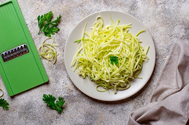 Сырые зеленые сырые макароны цуккини