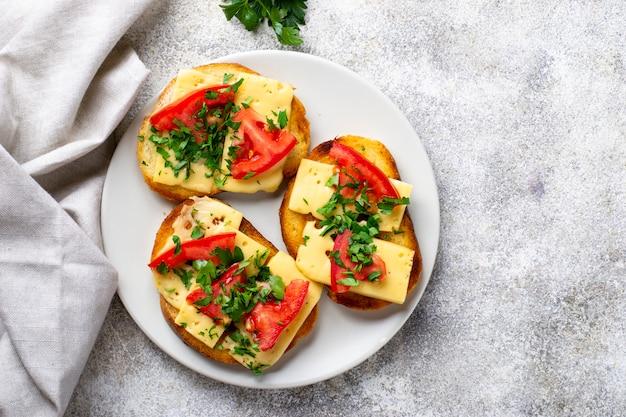 トマトとチーズのグリルトースト
