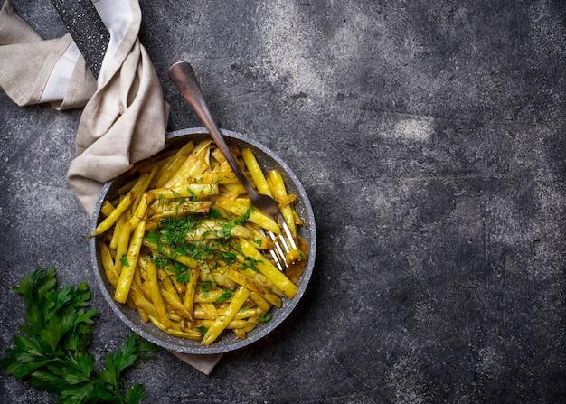 鍋に黄色のワックス豆の煮込み