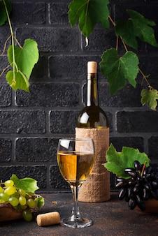 ブドウ、ボトル、白ワインのグラス