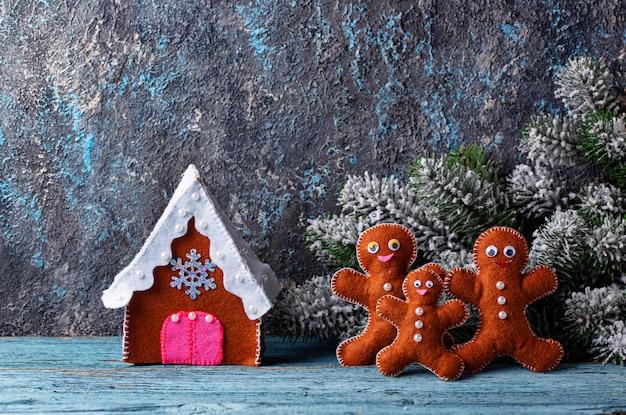フェルトで作られたクリスマスのモミの木のおもちゃ