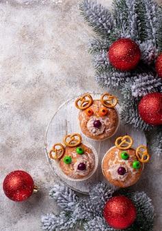 鹿やクマの形をしたクリスマスカップケーキ