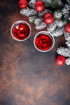 Рождественский праздничный коктейль красного мартини