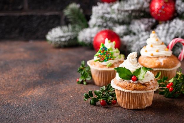 Рождественский праздничный кекс с различными украшениями