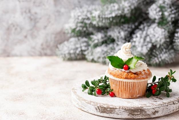 Рождественский праздничный кекс с листьями падуба