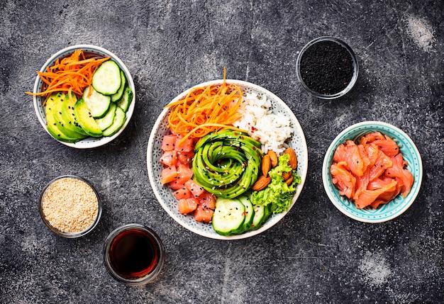 サーモン、米、野菜のハワイアンポークボウル
