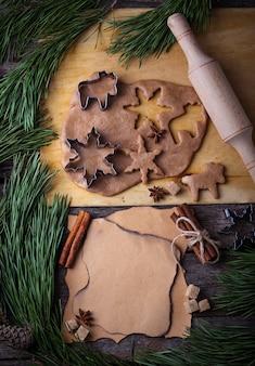 クリスマスジンジャーブレッドクッキー生地、カッター、スパイス、麺棒。セレクティブフォーカス、上面図