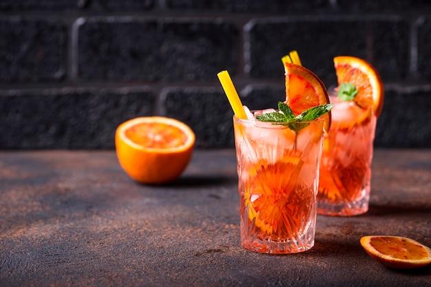 Коктейль негрони с апельсином и льдом