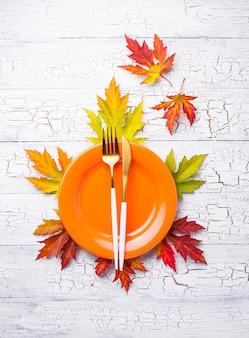 秋の葉のテーブルセッティング