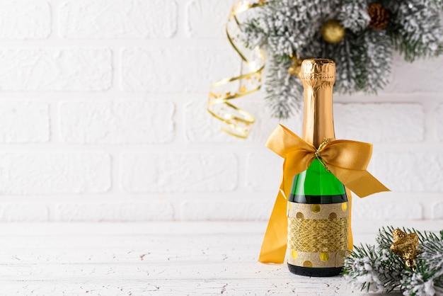 ゴールドラッパーにシャンパンのボトル