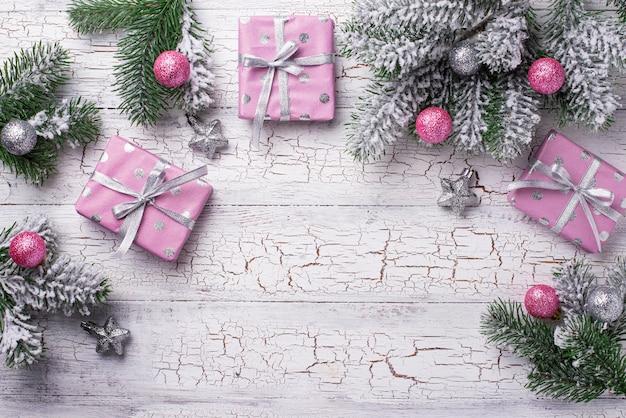 ピンクのギフトボックスとクリスマス組成