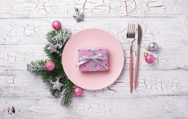 Рождественская сервировка в розовом декоре