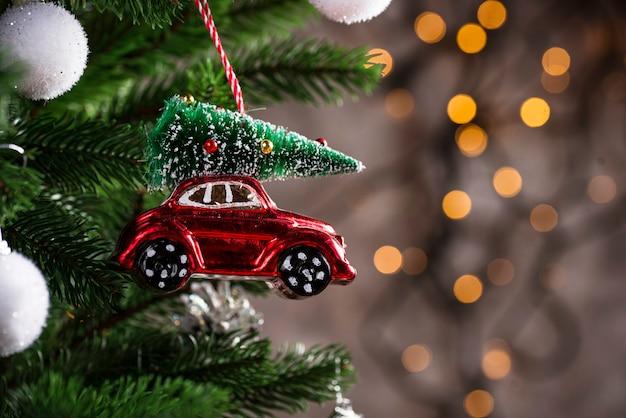 赤い車の形のクリスマスツリーグッズ