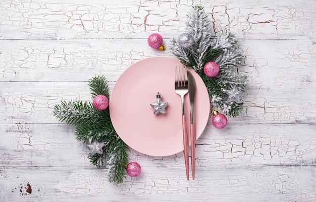 Рождественская сервировка в розовом цвете