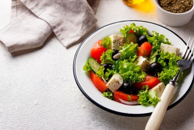 Традиционный греческий салат с сыром фета
