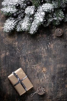 Рождественская подарочная коробка на темном фоне