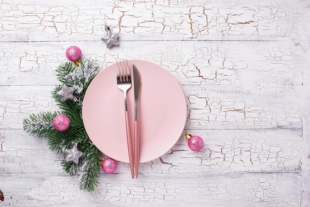 Рождественская сервировка в розовом с ветвями