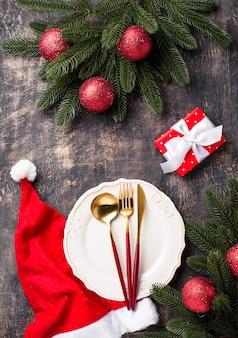 Рождественская сервировка с красным декором