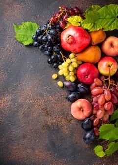 Различные осенние фрукты на бетоне