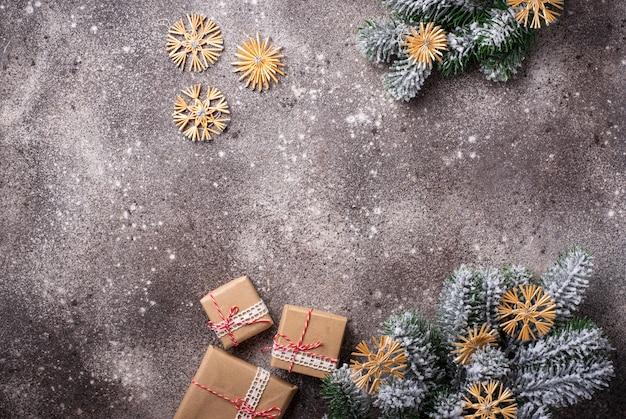 クリスマスの飾りとペーパークラフトのクリスマスギフトボックス