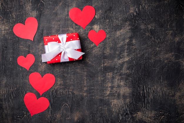 バレンタインデーの背景に赤いハート