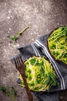 Макароны из цуккини с зеленым горошком