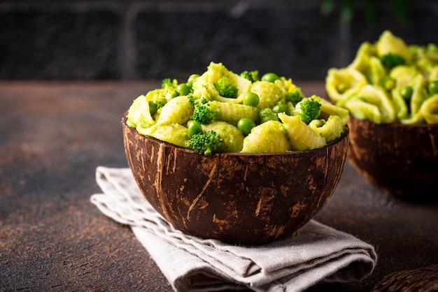 Веганские макароны с зеленым соусом