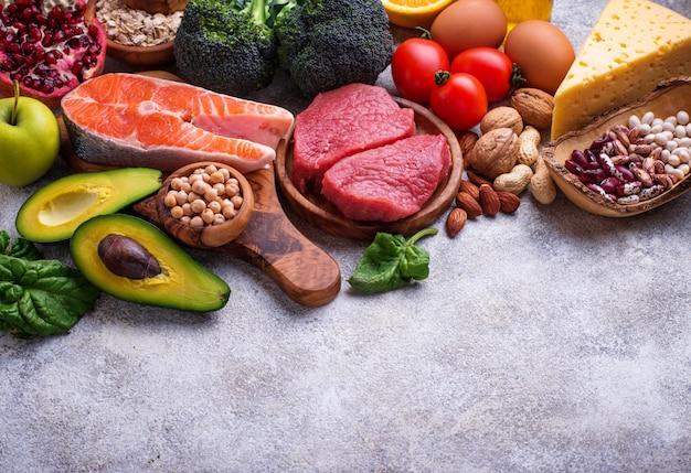 肉、魚、マメ科植物、ナッツ、野菜。