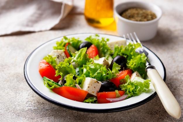 フェタチーズの伝統的なギリシャ風サラダ