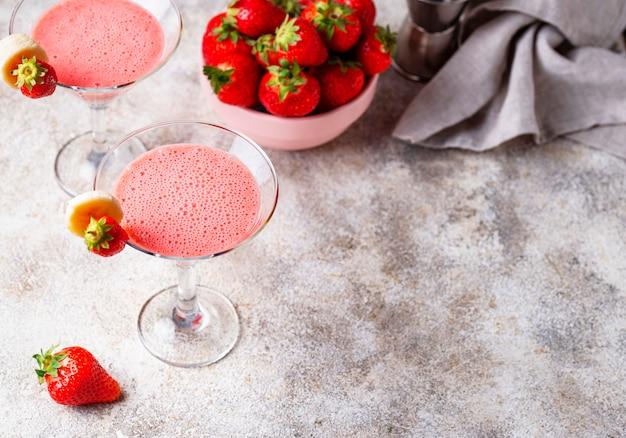 Сладкий летний клубничный алкогольный коктейль