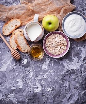 燕麦、牛乳、ヨーグルト、パン、リンゴ。