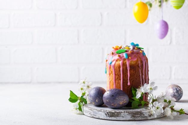 トッピングと伝統的なイースターケーキ