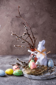Пасхальная композиция с цветным декоративным яйцом