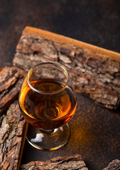 コニャックまたはウイスキーのグラス。
