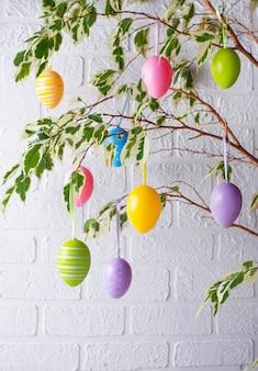 卵と伝統的なイースターツリー