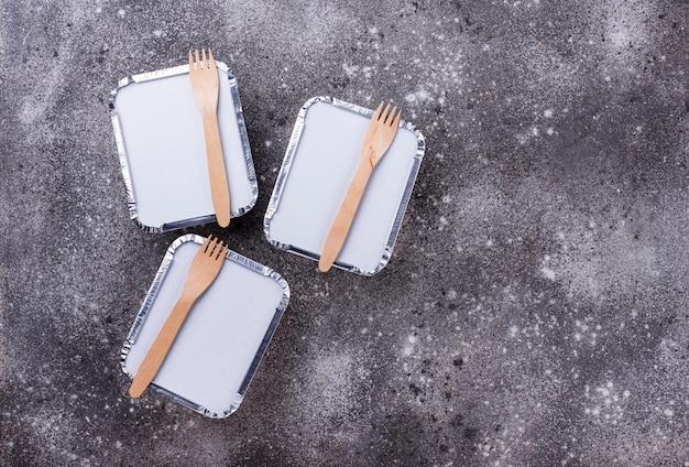 Концепция доставки еды. обед в контейнере