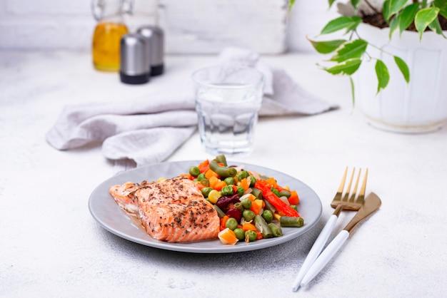 Запеченный лосось с отварным овощем