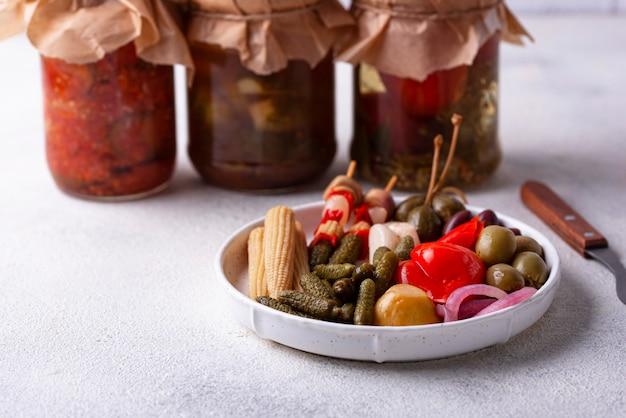 Ассорти из маринованных или маринованных овощей.